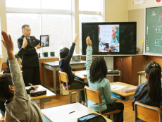 タブレットで高性能なテレビ会議システムを使って手軽に海外と交流授業