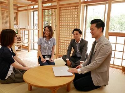 『五感の森~chizu~』内で会議中の社員